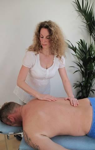 Massage Hvidovre København, kvinde giver massage