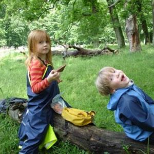 Behandling af børn, Hvidovre, København, 2 børn leger i skoven